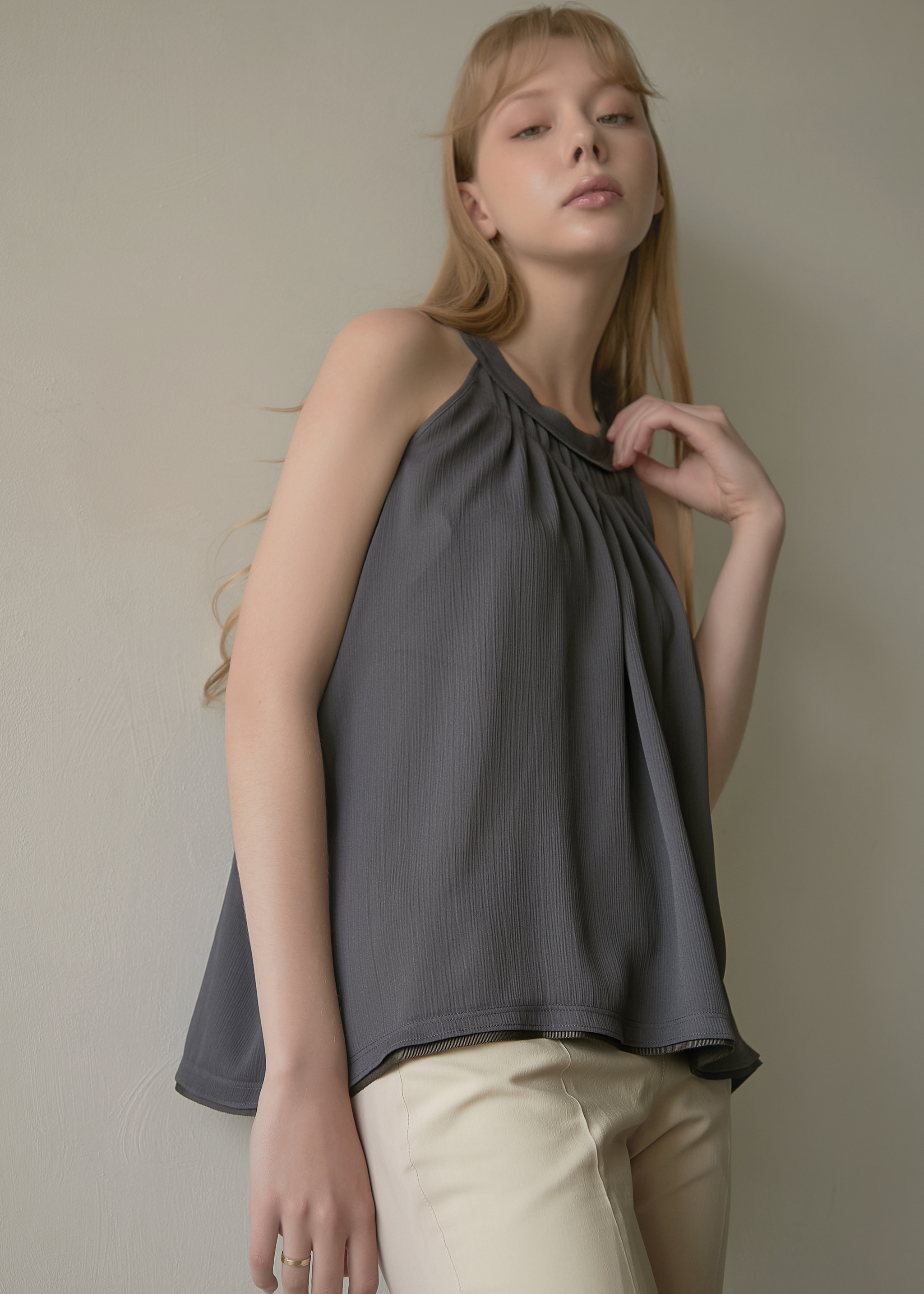 PLEATED SLEEVELESS BLOUSE (GREY)