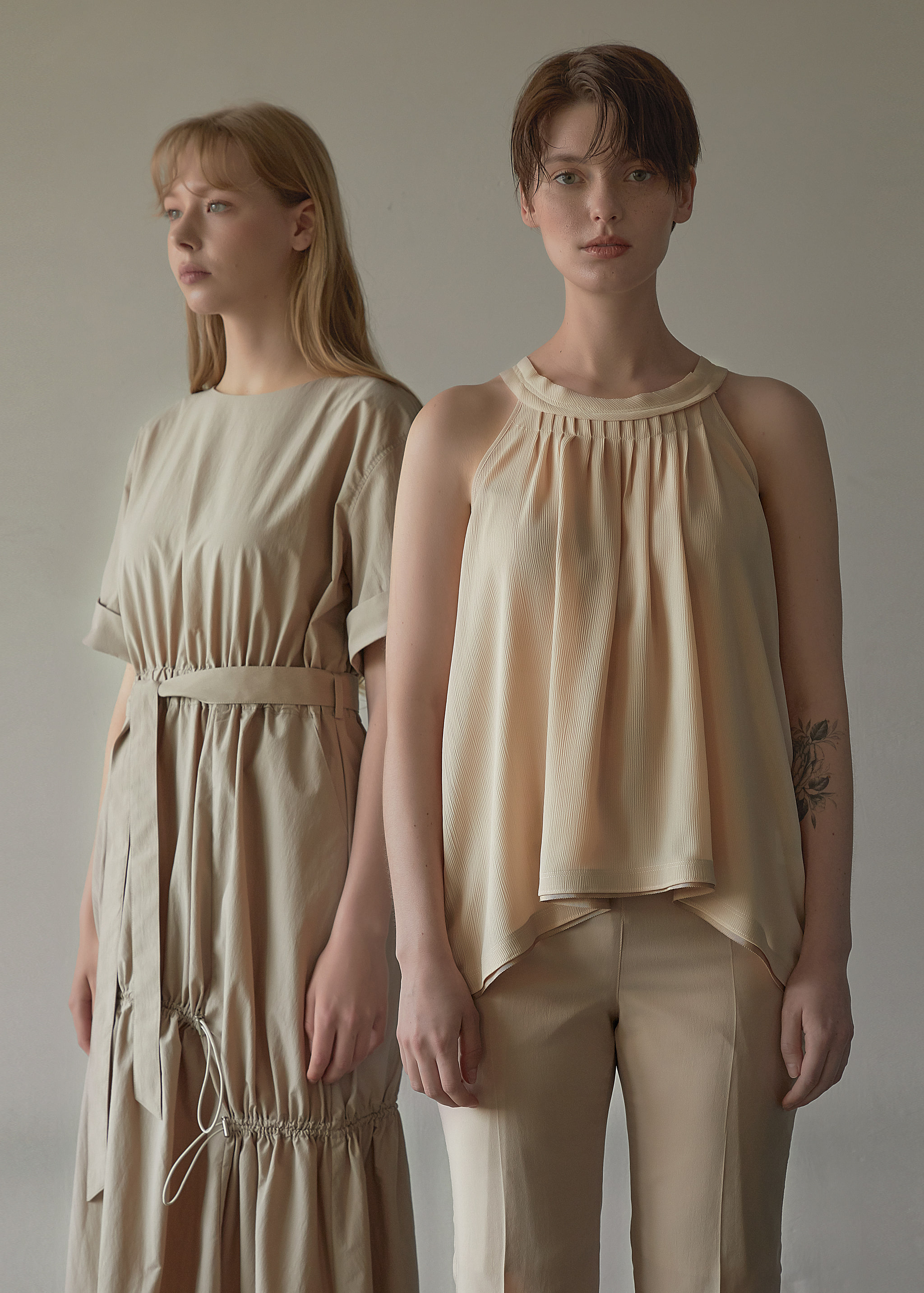 PLEATED SLEEVELESS BLOUSE (LIGHT BEIGE)